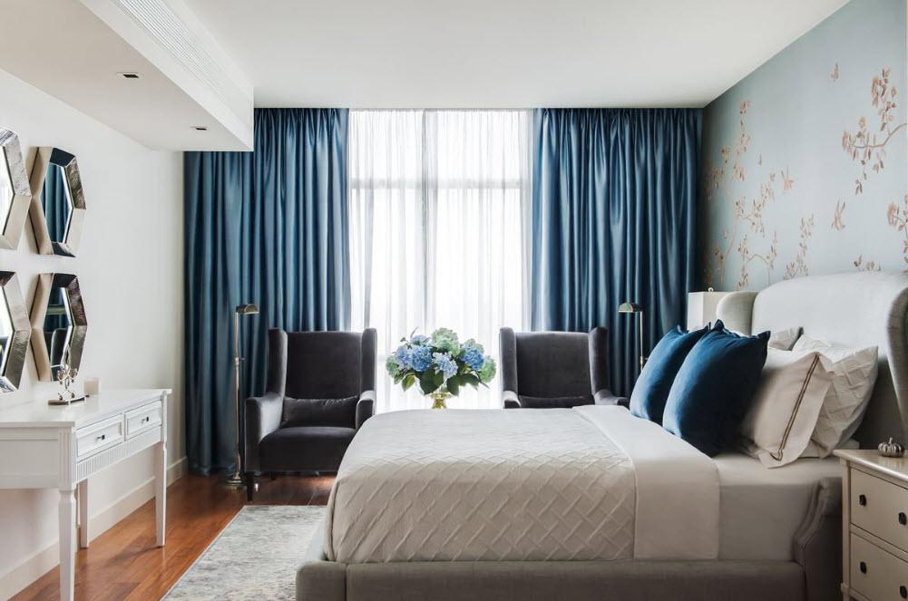 Акцент на шторы в спальне