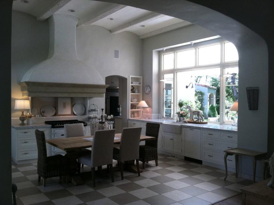 В просторном кухонном помещении
