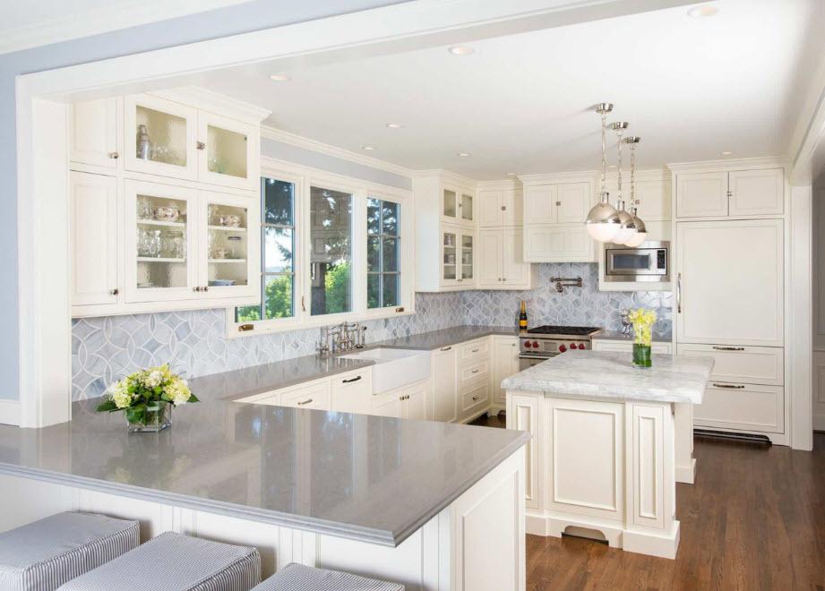 Кухня со светлой отделкой и меблировкой
