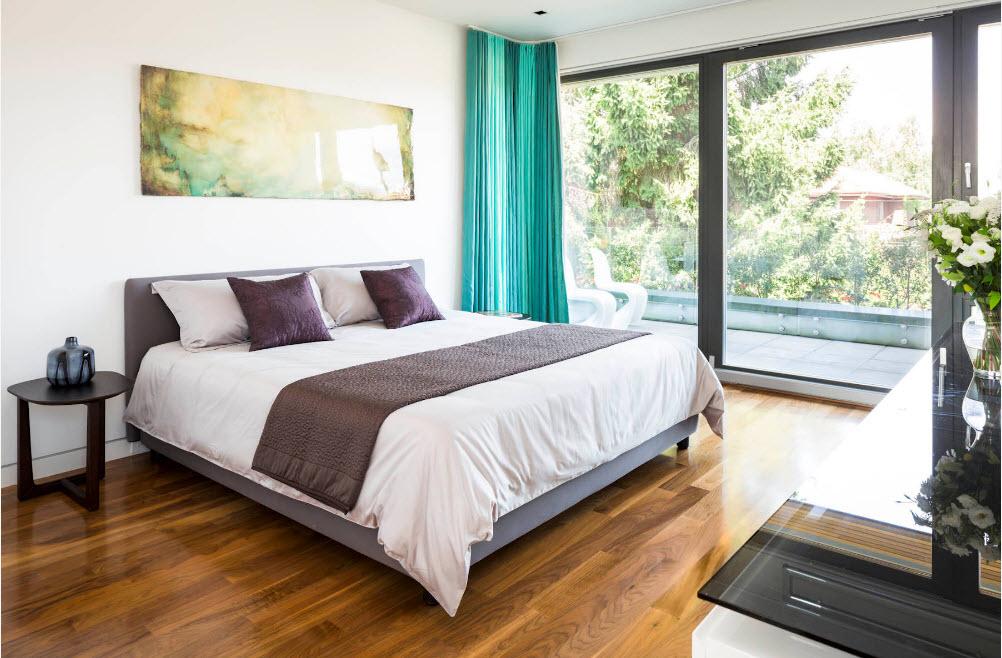 Яркие шторы для светлой спальни