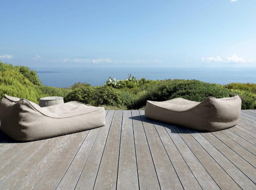 Кресла-мешки-лежаки на террасе