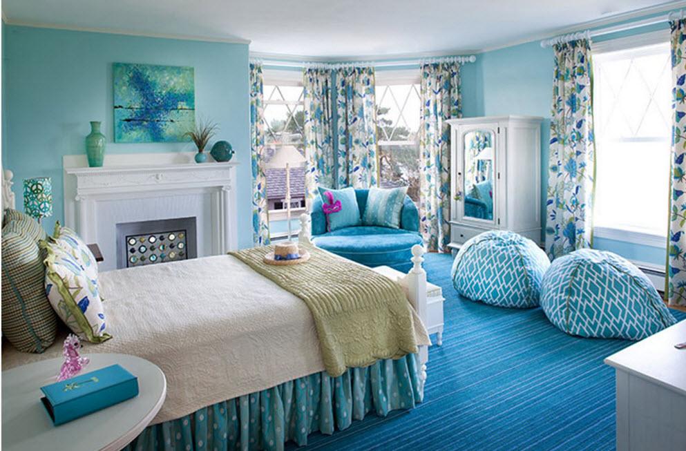 В спальне в голубых тонах