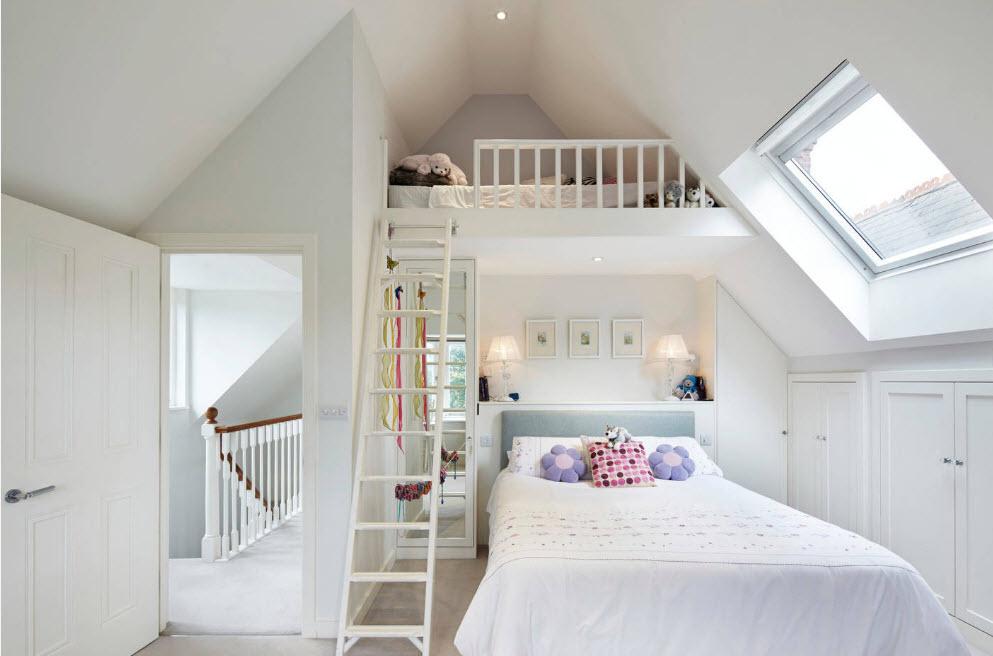 В комнате скромных размеров с высоким потолком