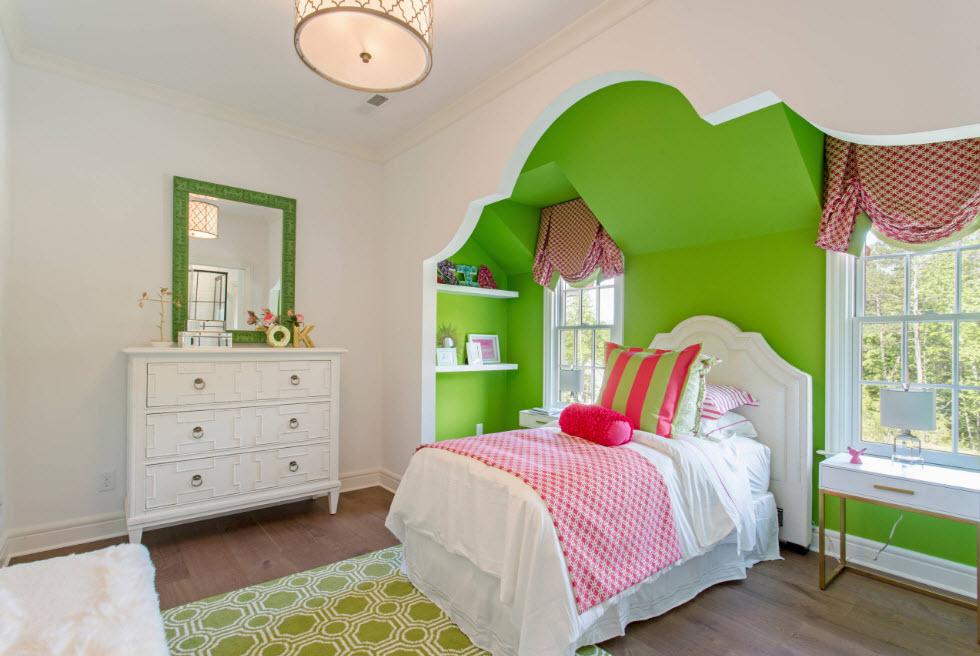 Зеркало над комодом в спальне