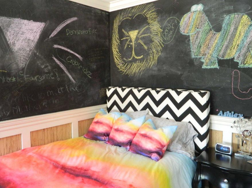 Доски для рисования вокруг кровати
