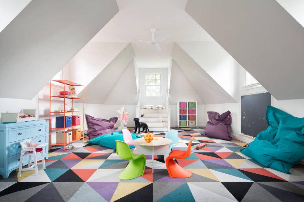 В просторной детской комнате