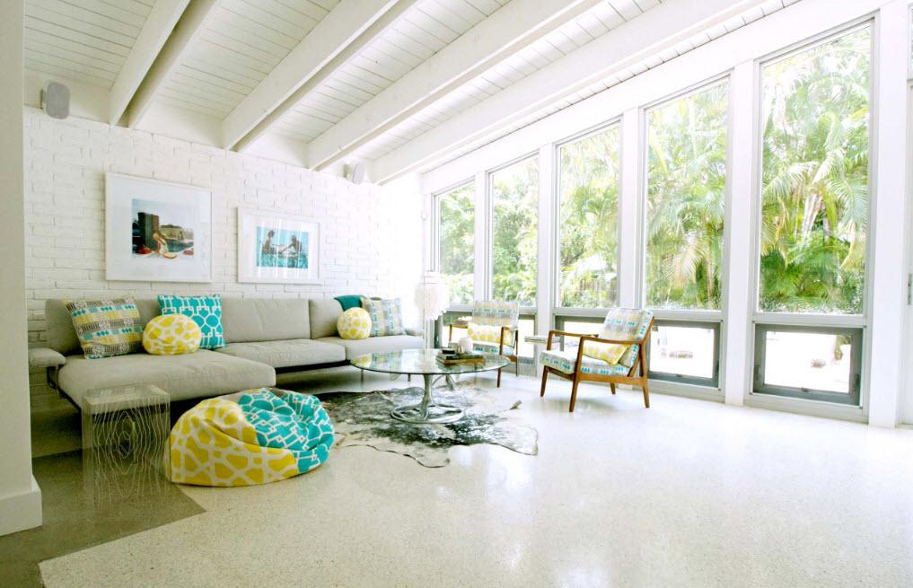 Яркий текстиль для светлой гостиной