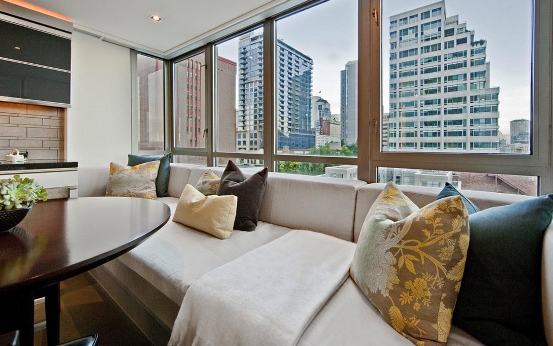 Масштабный диван у окна