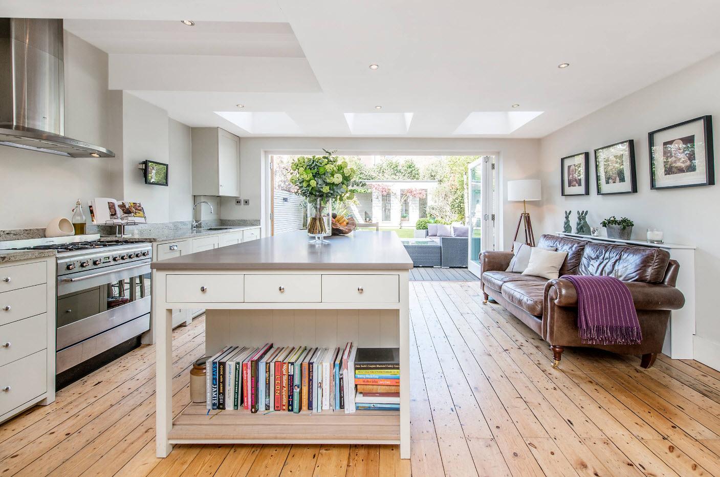 Кожаный диван в кухонном помещении