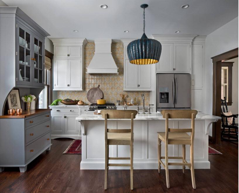 Сірий буфет і білий кухонний гарнітур