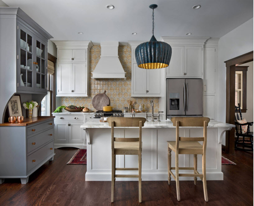 Серый буфет и белый кухонный гарнитур