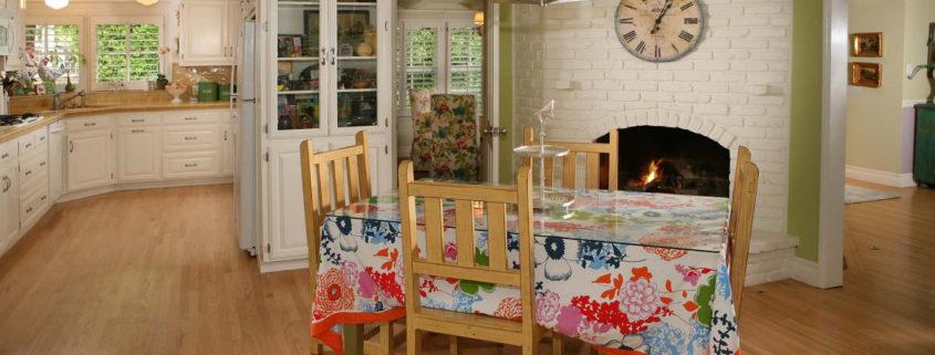 Скатерть в интерьере современной кухни-столовой