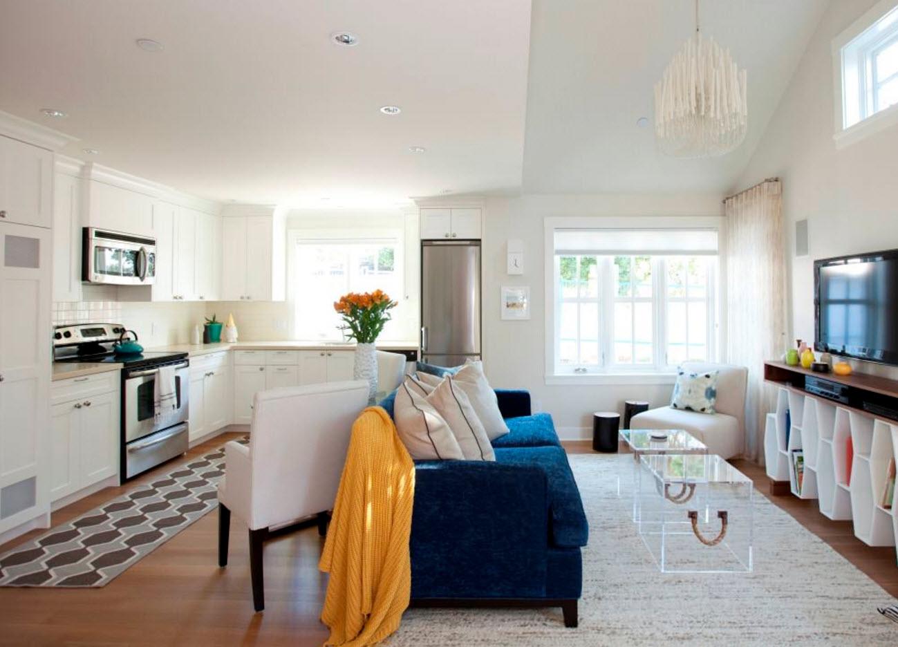 Яркий диван для кухни-столовой-гостиной