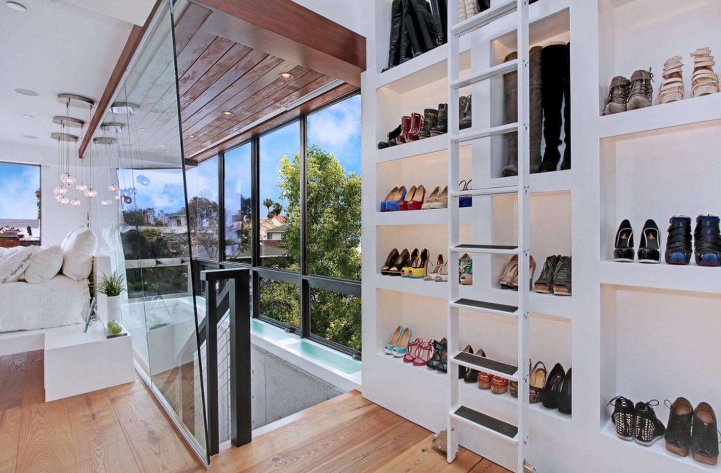 Обувной стеллаж у лестницы