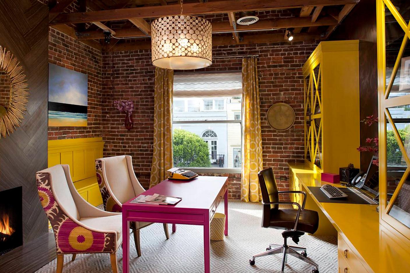 Темное кресло в комнате с яркой мебелью