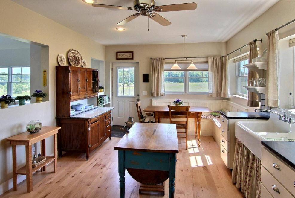 Старинный буфет в просторной кухне