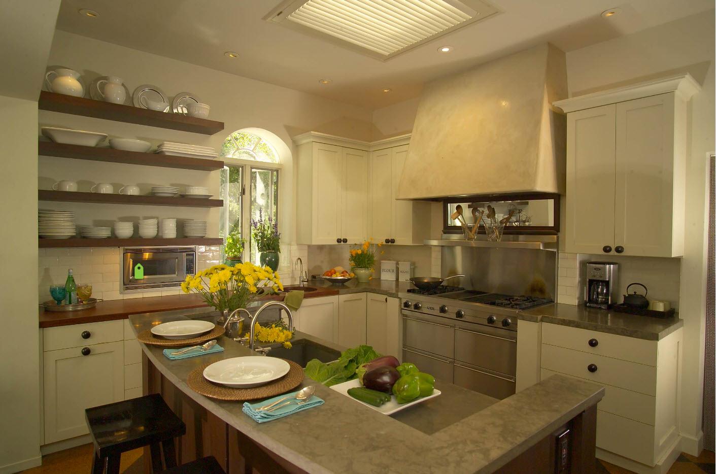 Полки в кухне для хранения и декора