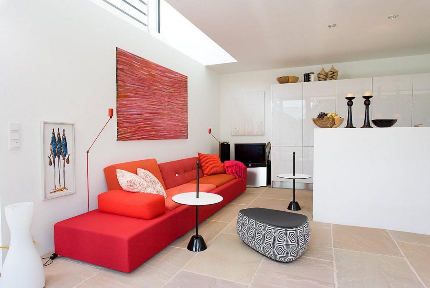 Яркий диван на белом фоне