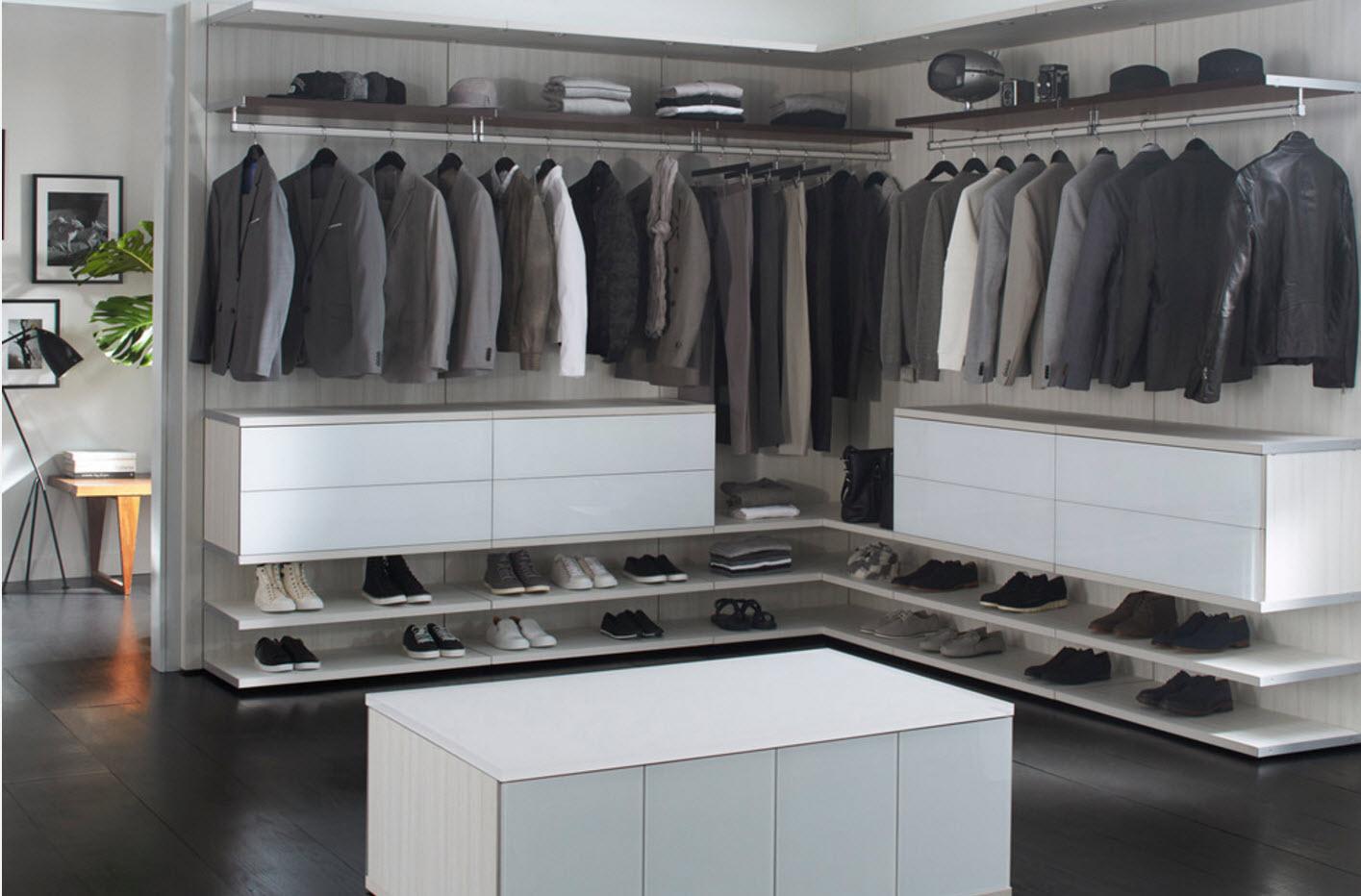 В мужской гардеробной