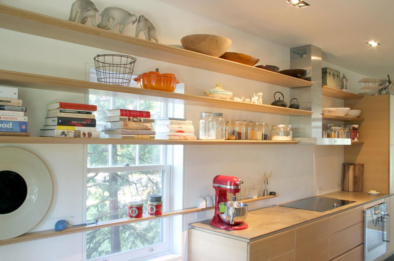 Кухонные полки и окно