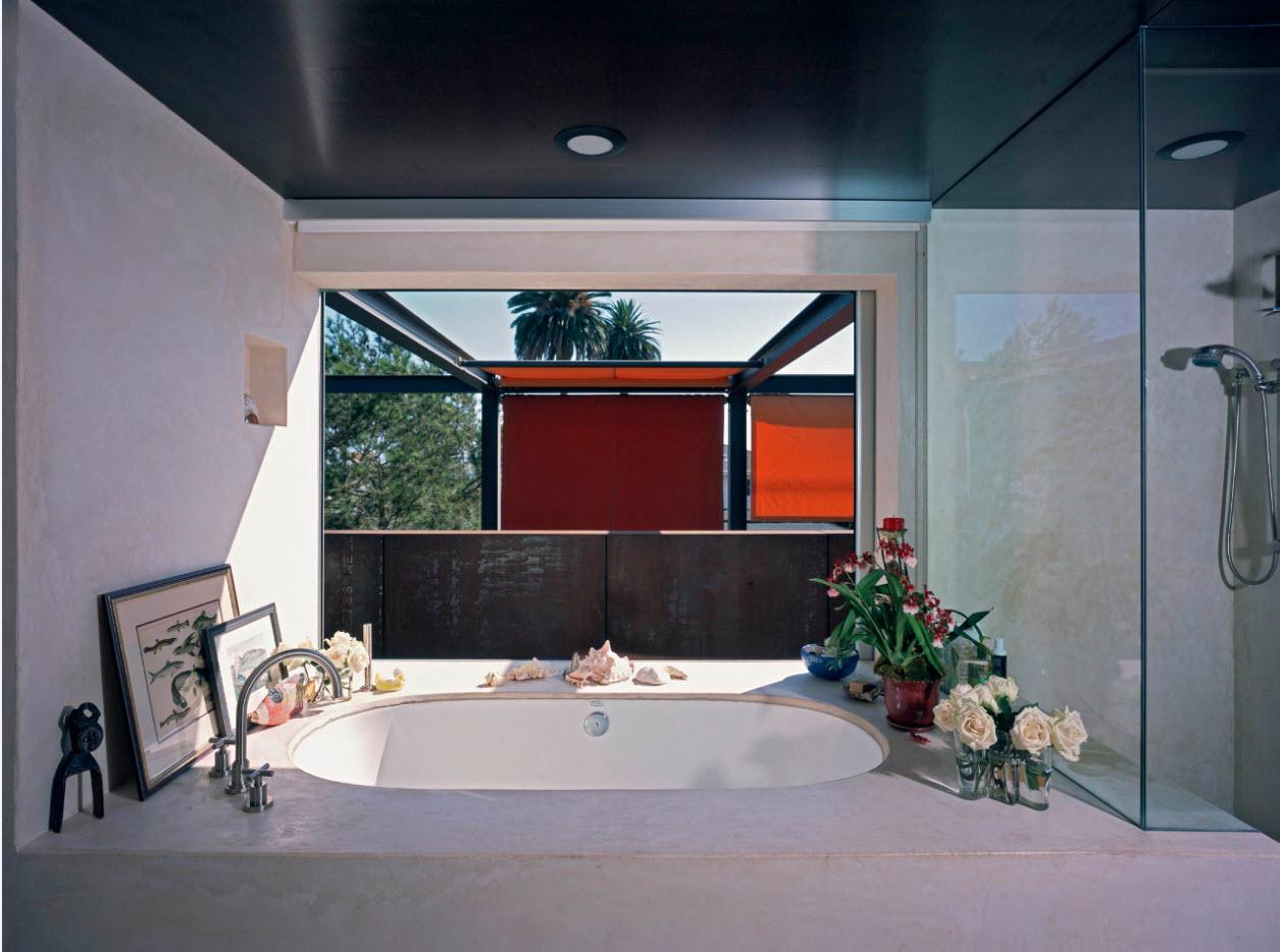 Ванна с аксессуарами у окна