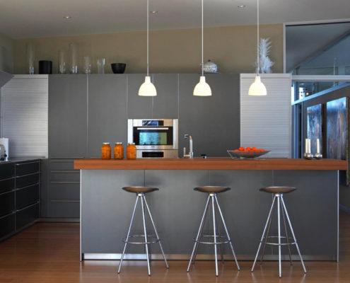 Интерьер современной кухни в серой палитре