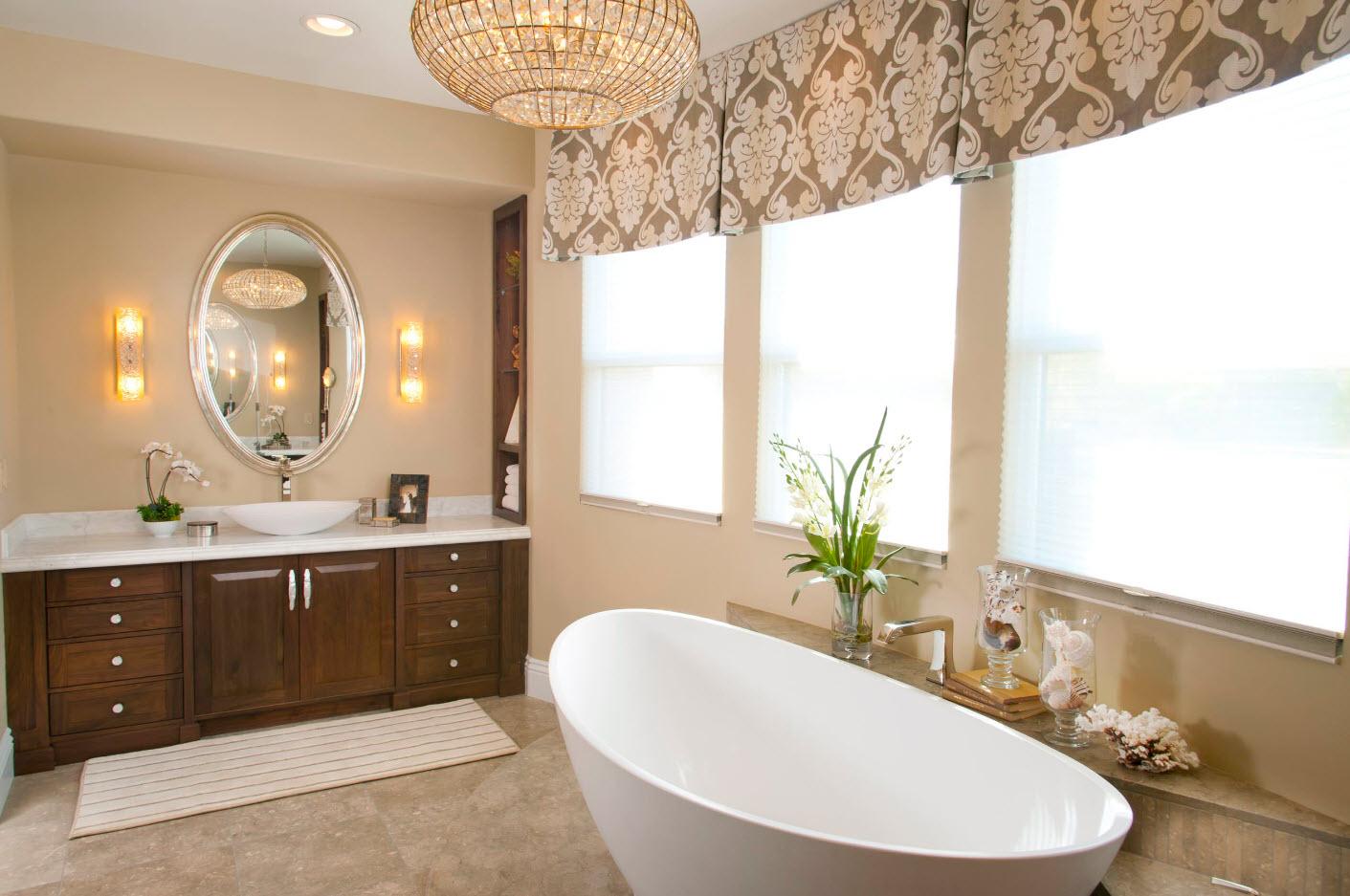 Широкий ламбрекен в ванной