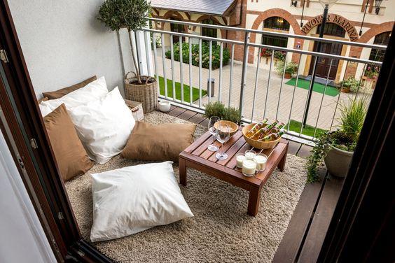 Место для трапез на открытом балконе