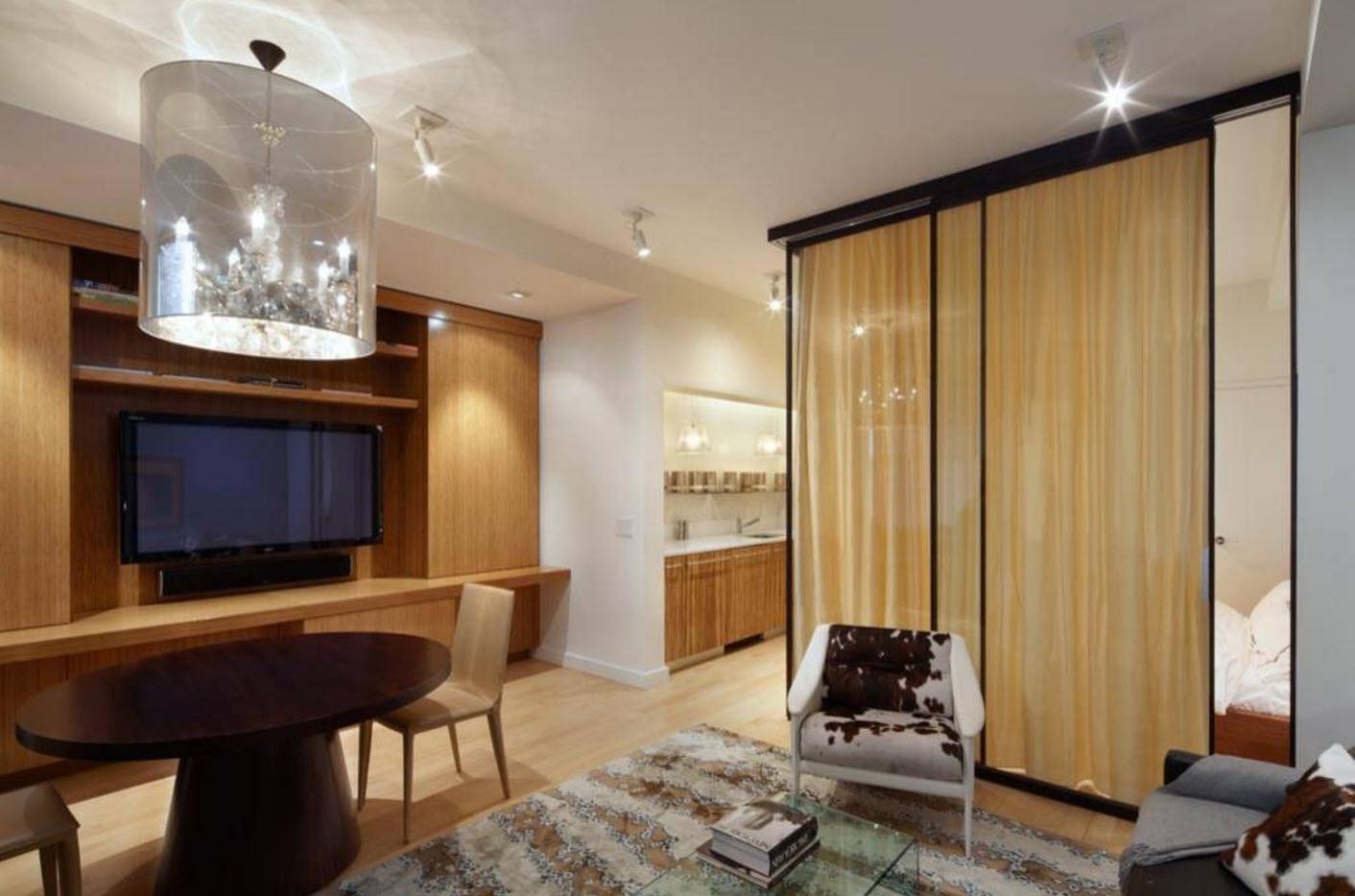 Кровать за стеклом со шторами