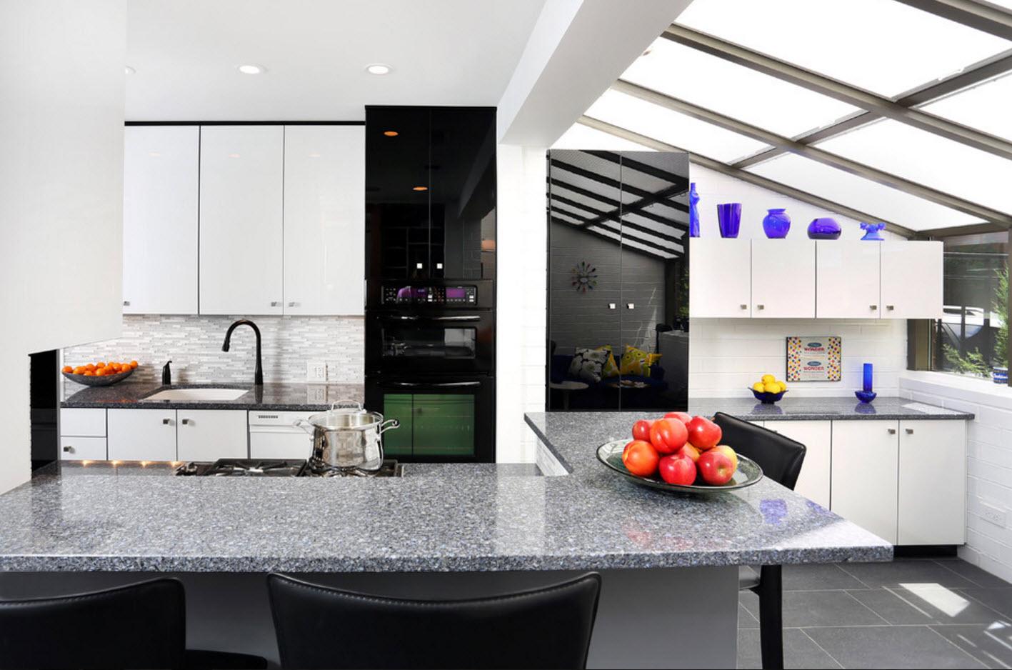Черный глянец в белой кухне