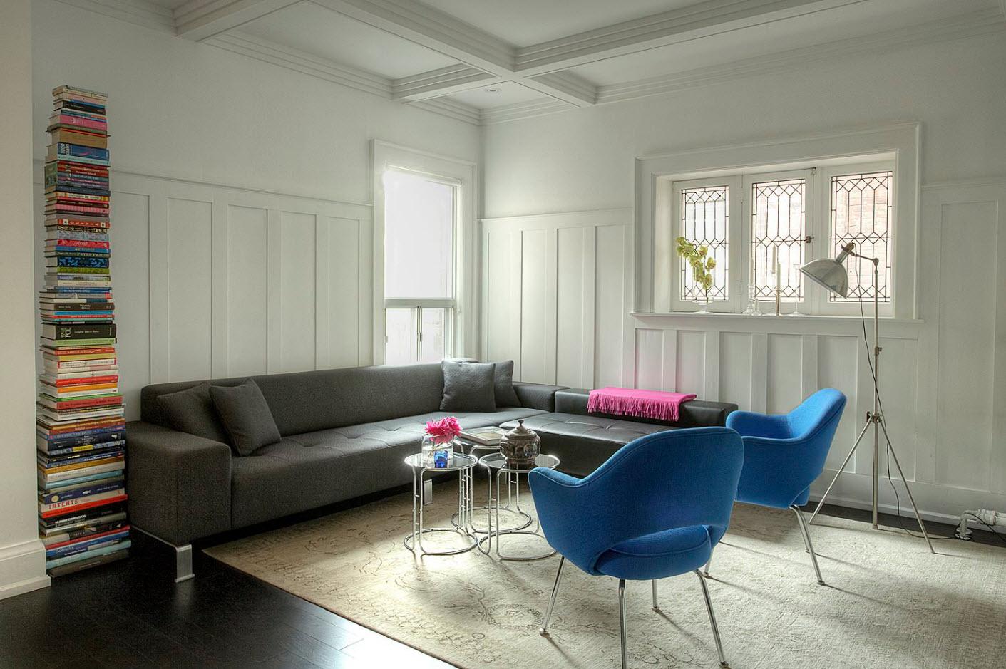 Яркие кресла в нейтральном помещении