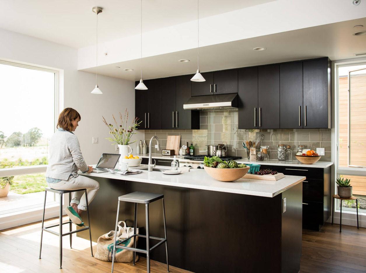 Темный гарнитур в светлой кухне