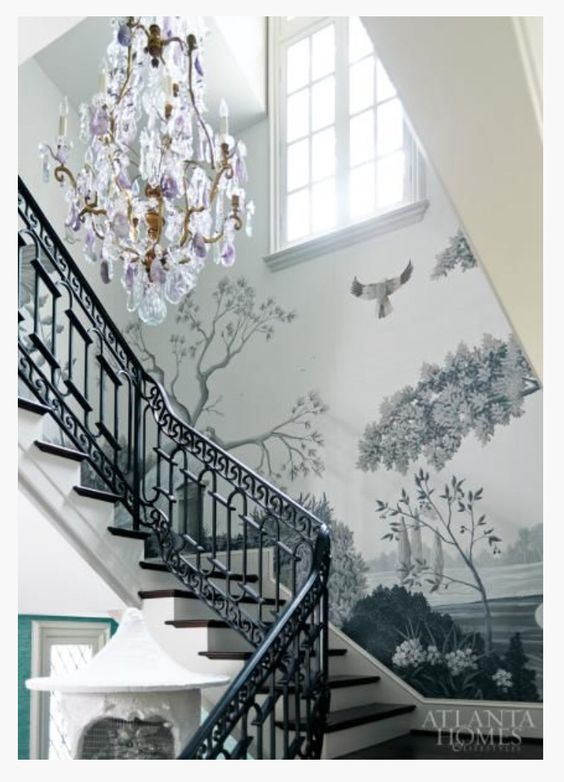 Оформление пространства возле лестницы