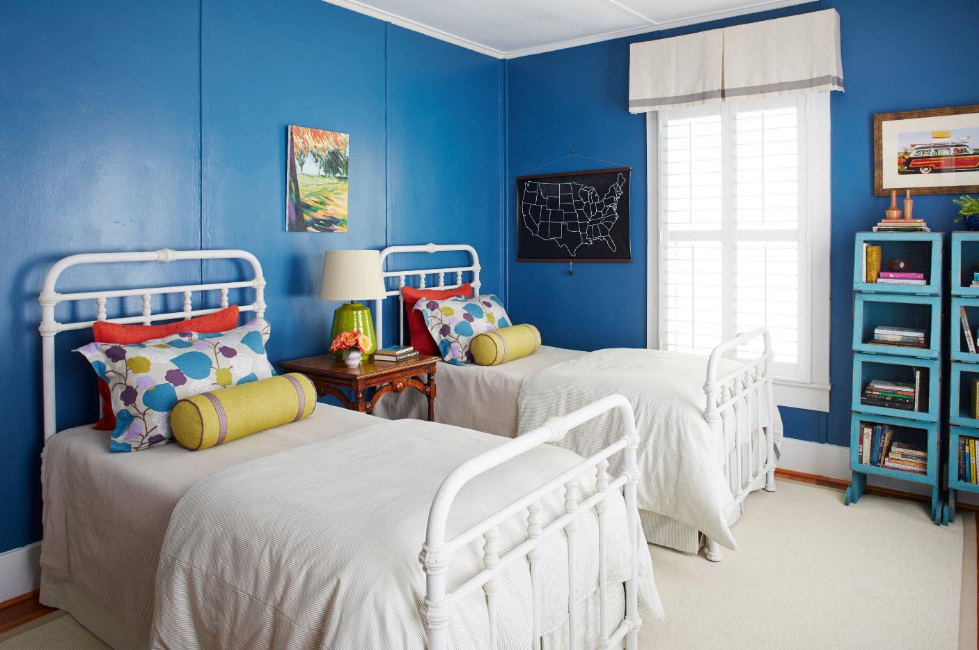В спальне с синими стенами
