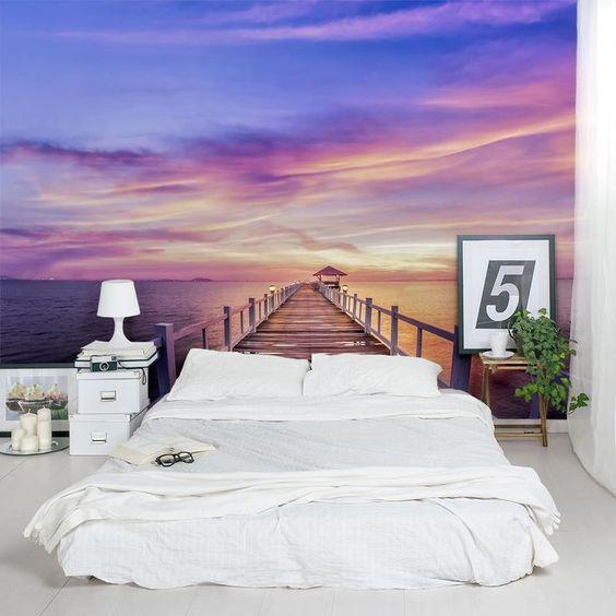 Яркий фон для белоснежной кровати