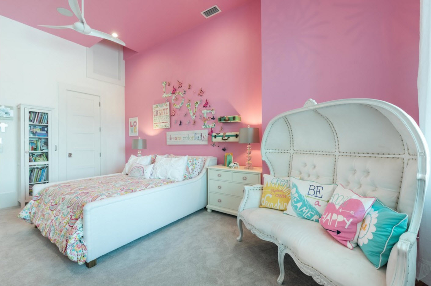 Помещение с розовыми стенами