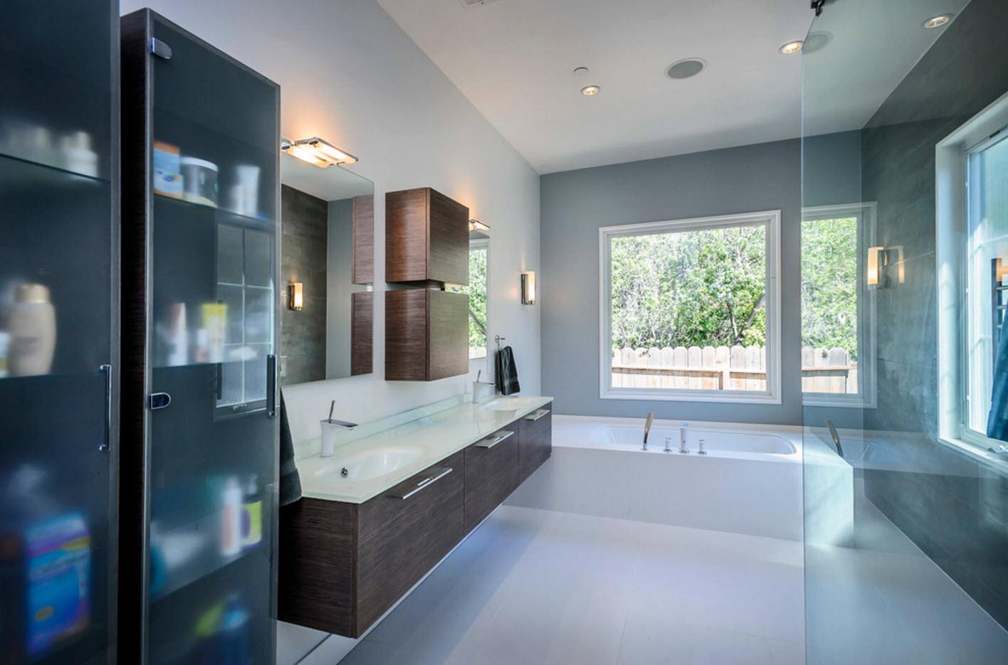 В просторной ванной комнате