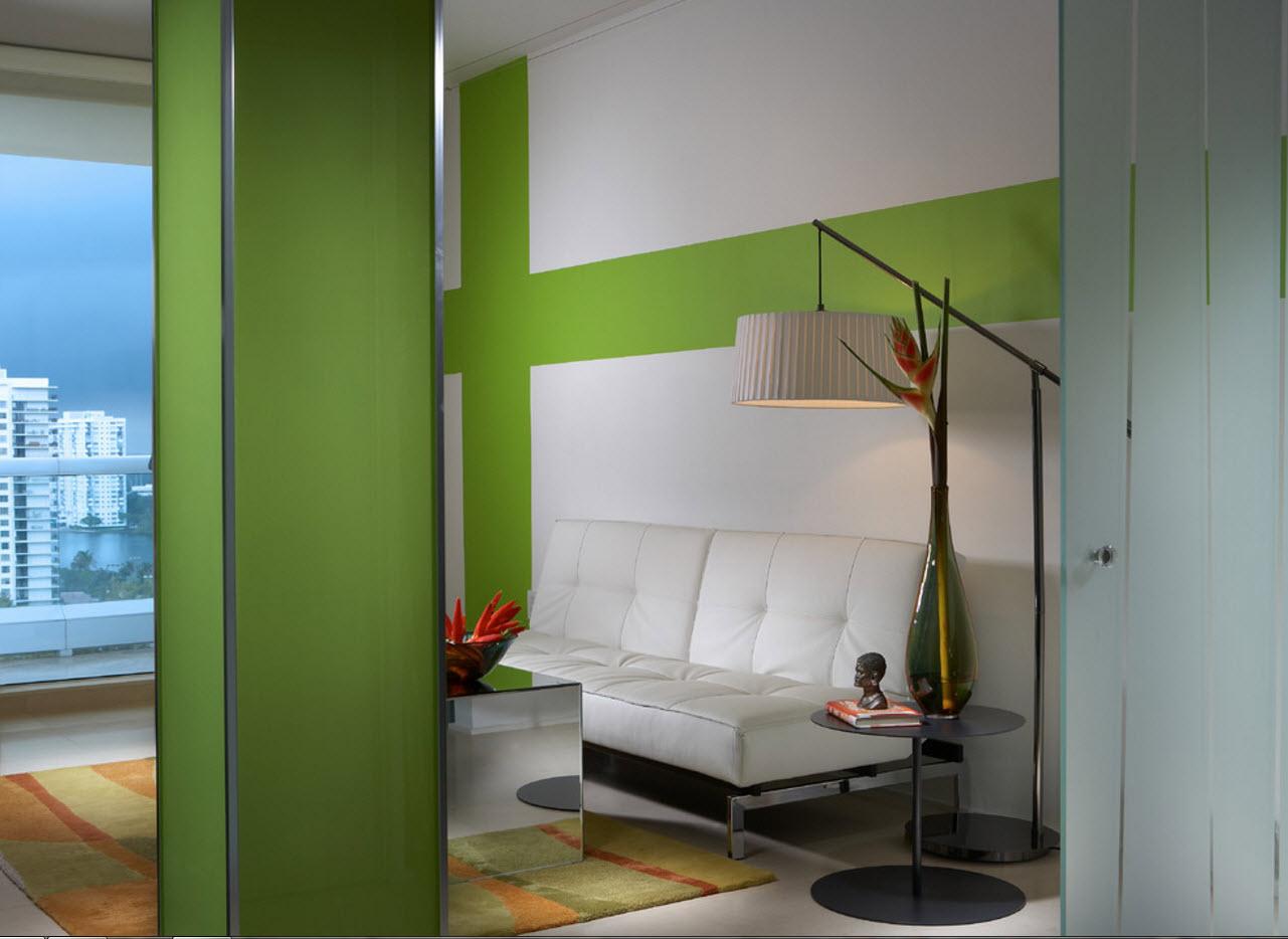 Стекло в современном дизайне гостиной