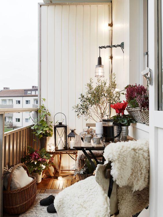 Уютный открытый балкон