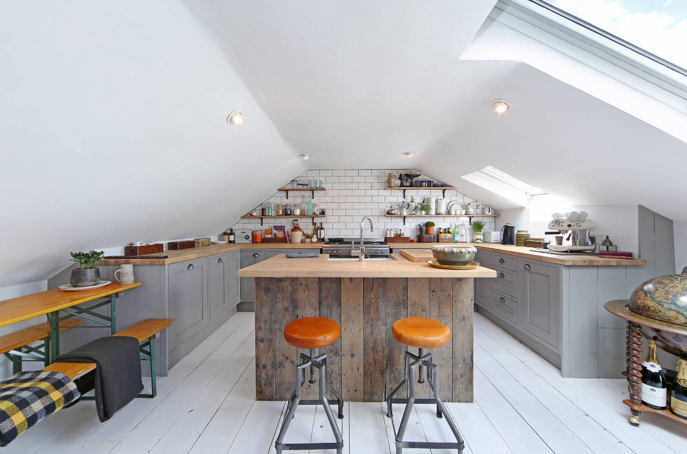 Интерьер сложной по геометрии кухни
