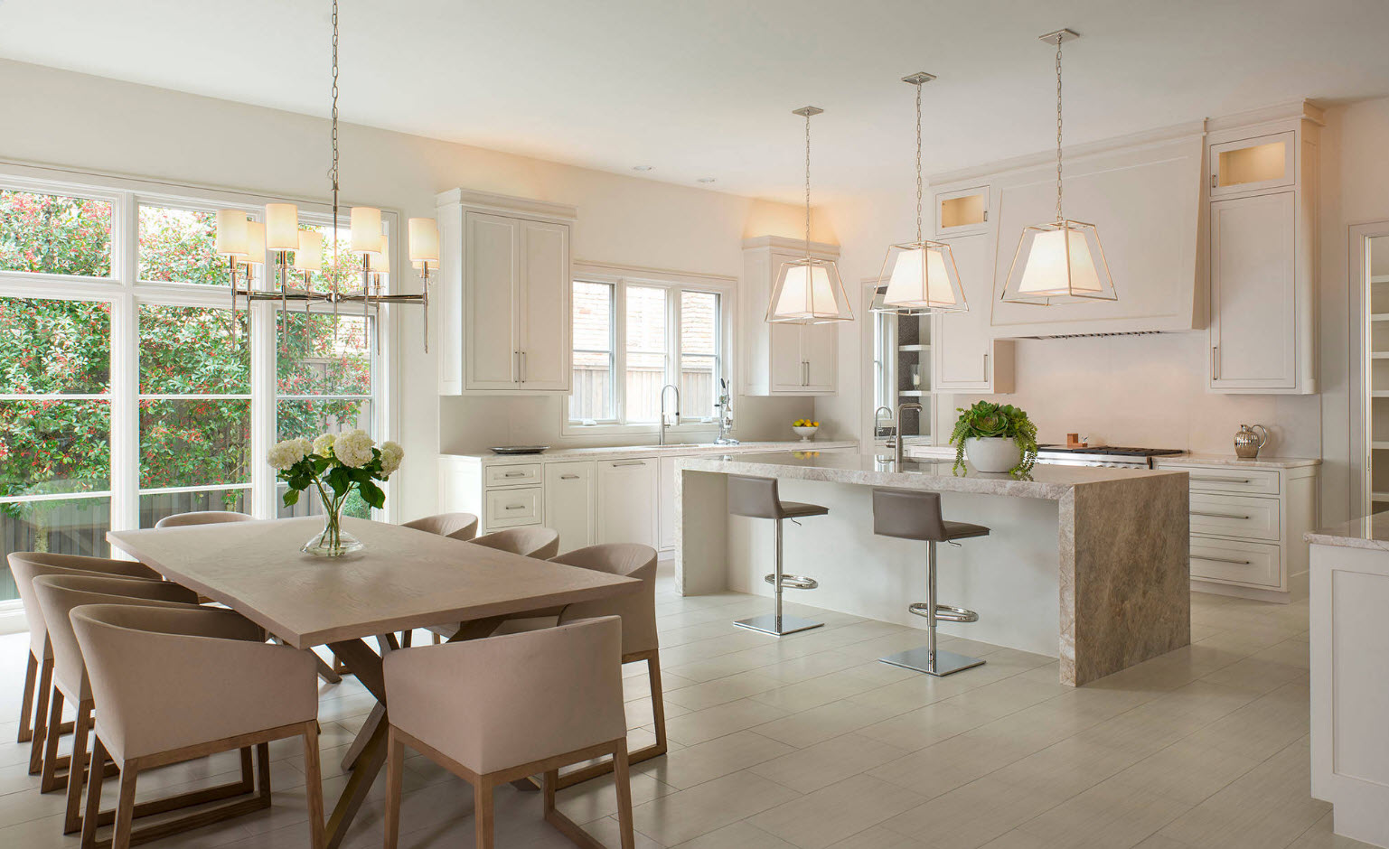 Кухня-столовая в светлых тонах