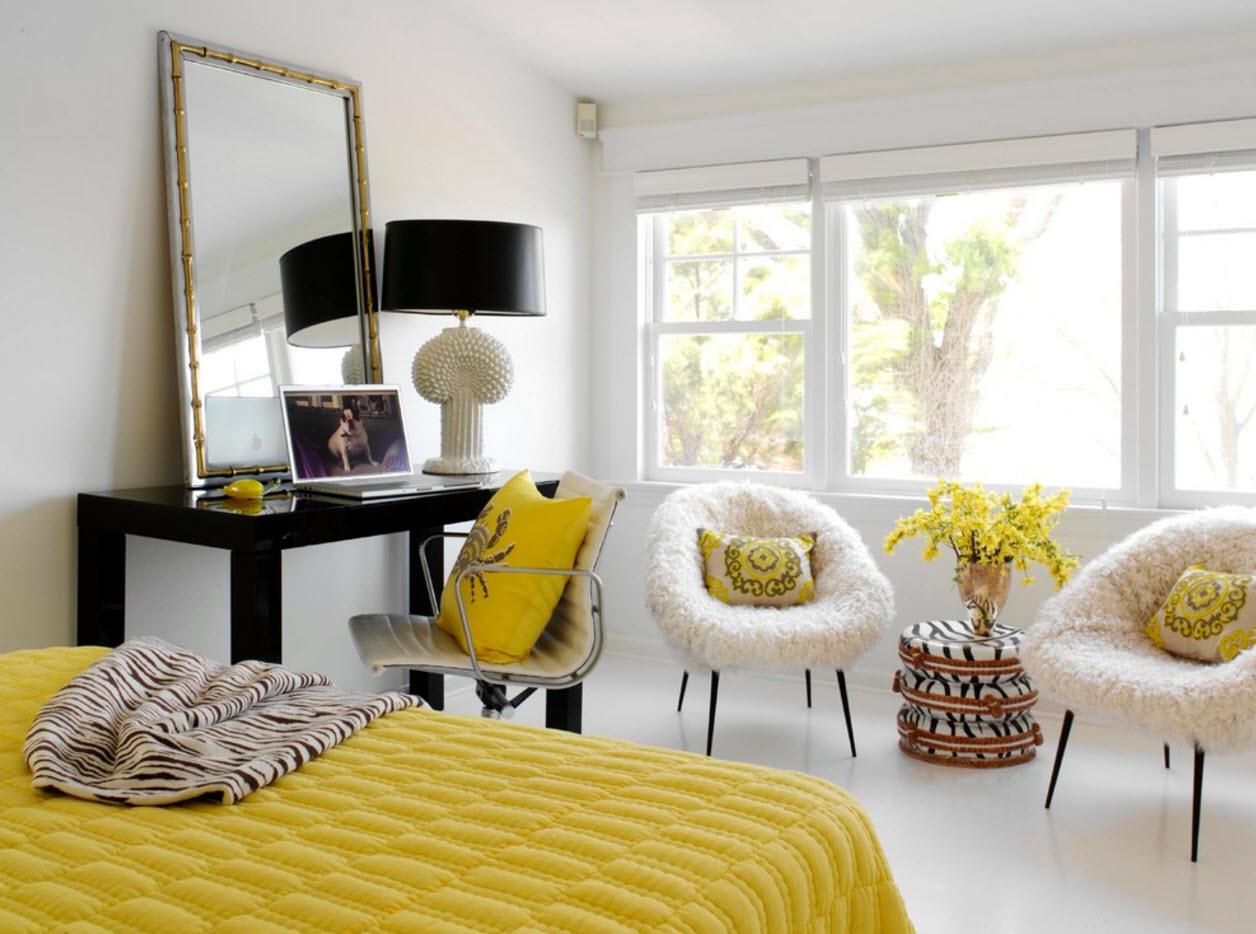 Кресла разных моделей в спальне