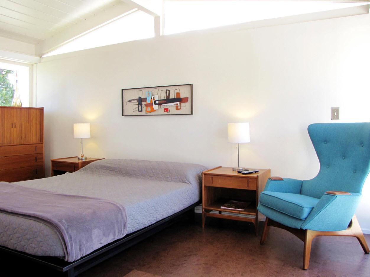 Яркие кресло для светлой спальни