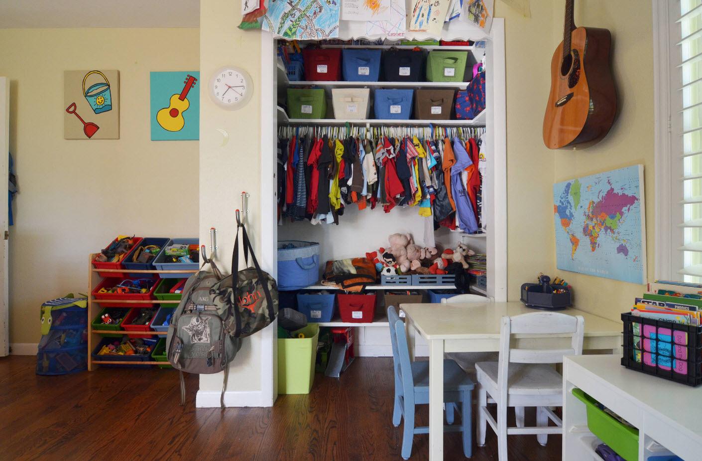 В комнате детей разного возраста