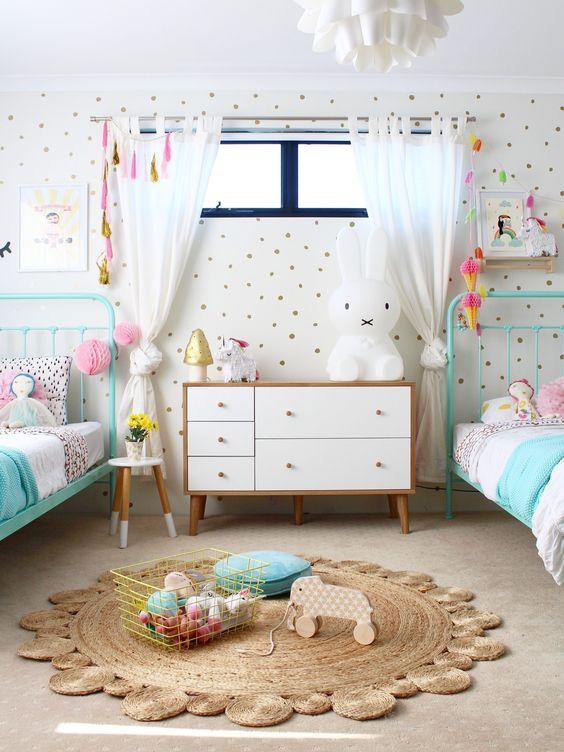 В комнате с двумя кроватями