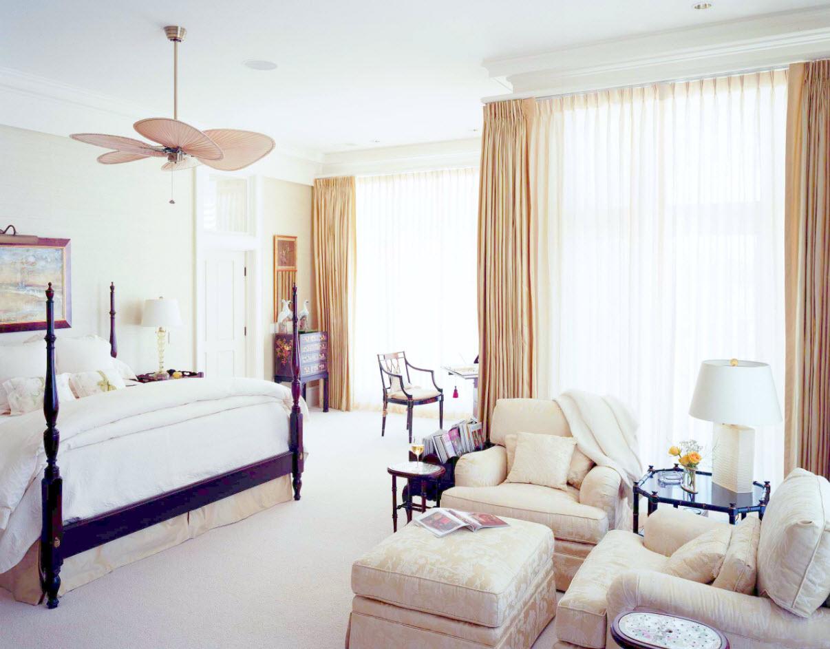 В комнате со светлыми тканями