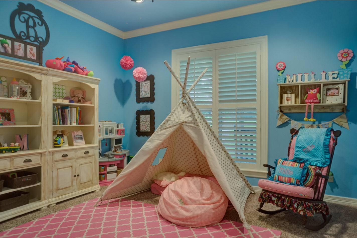 Ярко-голубые стены в детской