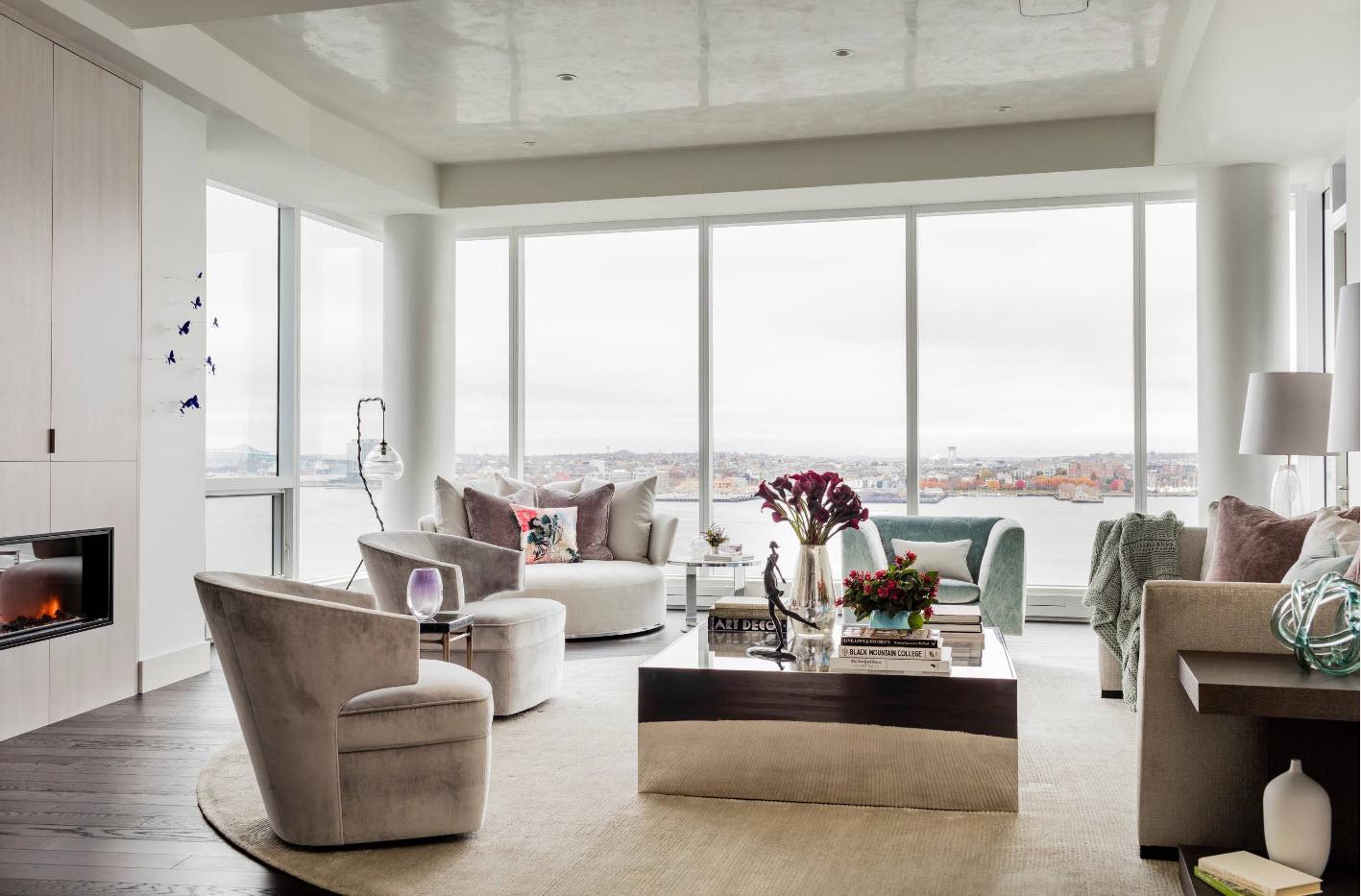 Просторная комнаты с панорамными окнами
