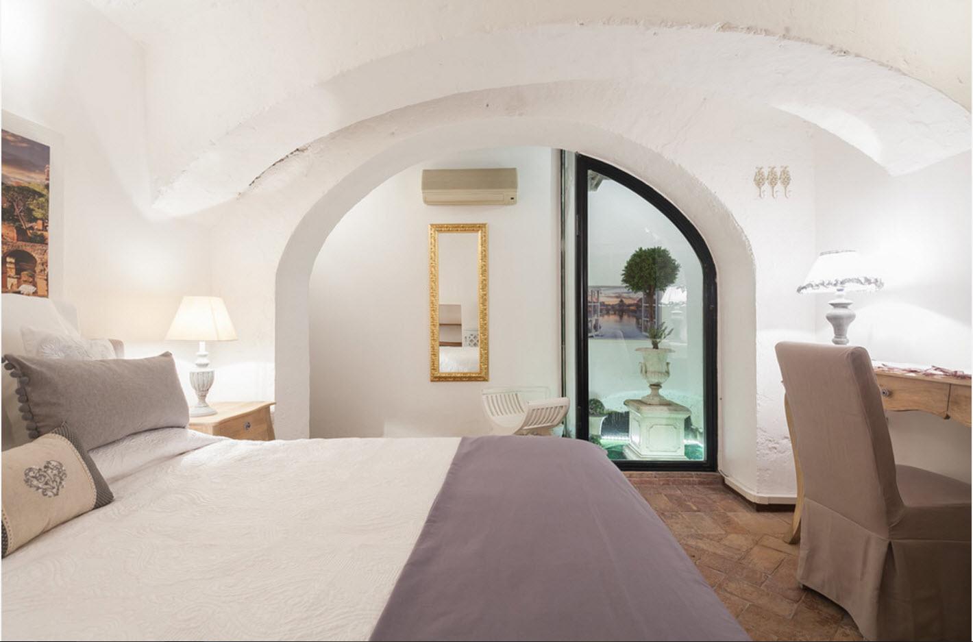 Спальня с арочными проемами