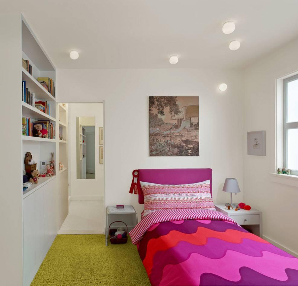 Белая отделка для маленькой комнаты
